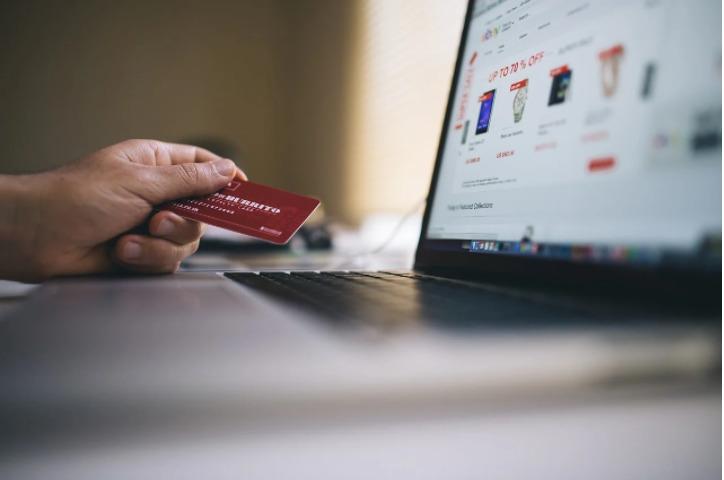 Com um cartão de crédito, é possível fazer compras online e em lojas físicas; mas é preciso cuidado para manter o nome limpo, antes e depois da solicitação do cartão.