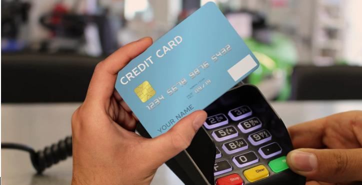 Os cartões de crédito sem anuidade de 2021 permitem fazer compras online e presenciais, nas mais variadas lojas.