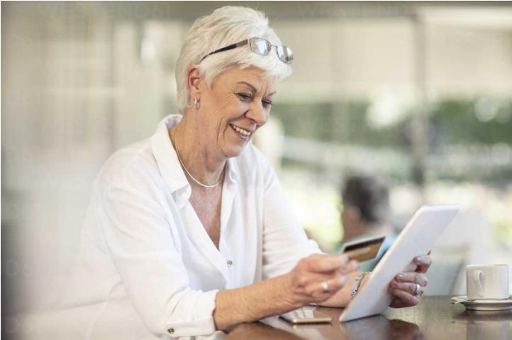 O cartão de crédito para aposentado negativado permite fazer compras online e pessoalmente, inclusive fora do Brasil.