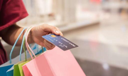 Trabalhando ou não, você pode ter acesso a um cartão de crédito para realizar suas compras a prazo.