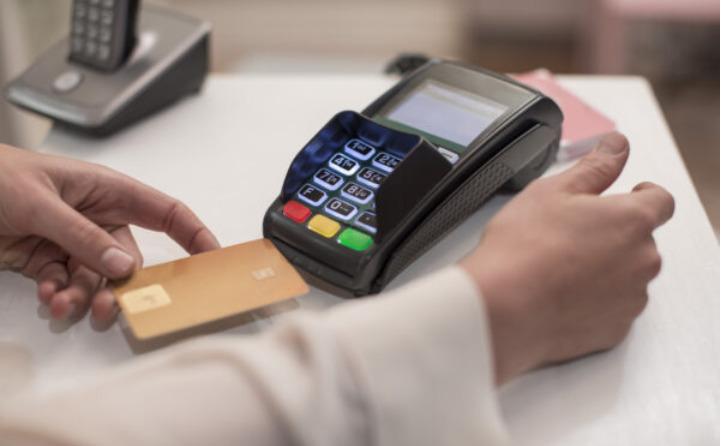 A principal vantagem do cartão múltiplo está na possibilidade de escolher entre fazer o pagamento no crédito ou no débito.