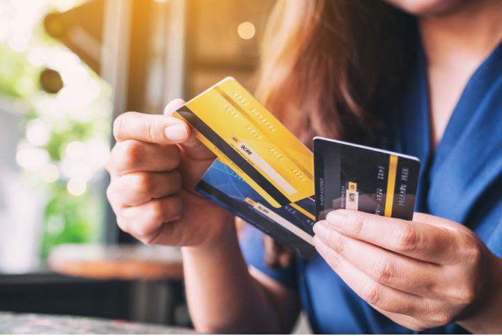 São várias as opções de cartão de crédito para negativado, incluindo as alternativas consignadas, de cartão pré-pago e cartões comuns.