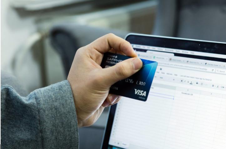 Um cartão de crédito com limite alto pode ser solicitado de modo online e vai permitir fazer compras também online e em lojas físicas.