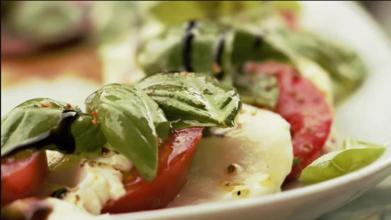 oto de uma salada temperada em prato branco. Imagem ilustrativa para texto franquia para cidade pequena.