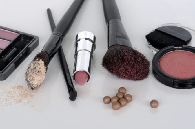 foto de maquiagens e acessórios em uma superfície branca.