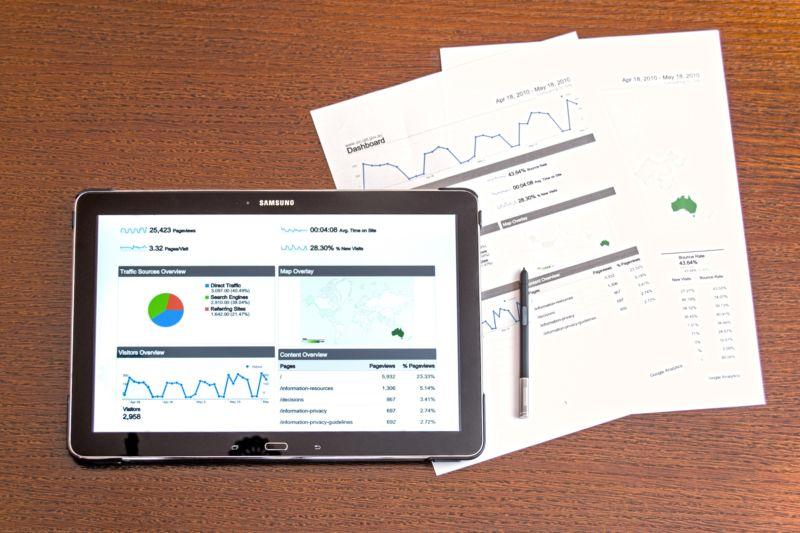 Imagem de tablet e papéis com gráficos e dados. Imagem ilustrativa para texto franquias lucrativas.